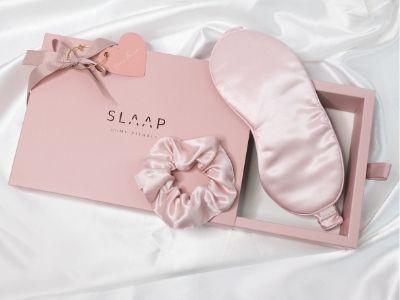 SLAAP SILK MASK - Jedwabna opaska na oczy do spania & jedwabna gumka do włosów scrunchie - pudrowy róż. SLAAP SILK MASK jest wykonana ze 100% jedwabiu, który jest antyalergiczny i nie powoduje podrażnień.